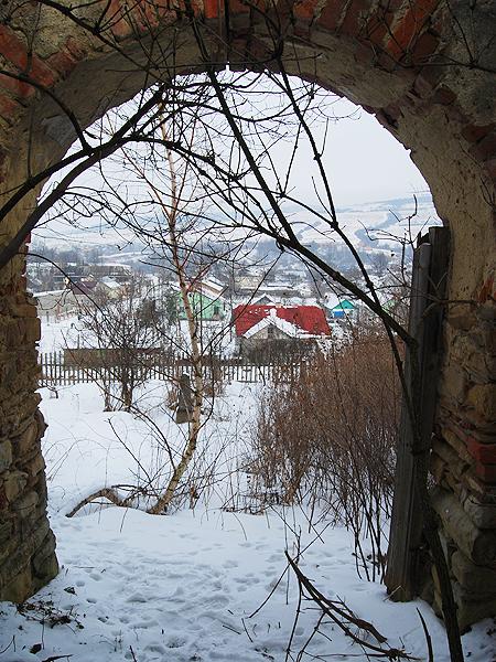 Zrujnowana kaplica na cmentarzu polskim w Podbużu (Fot. Konstanty Czawaga)
