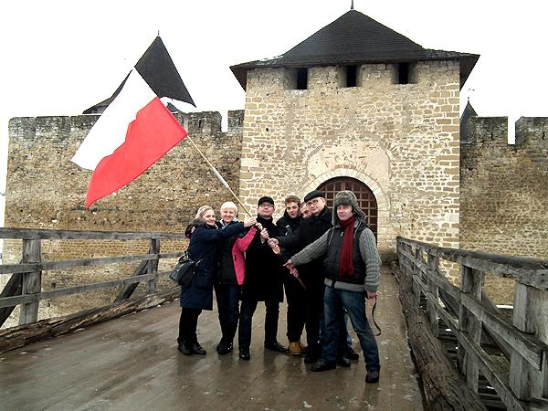 Przed zamkiem w Chocimiu (Fot. Archiwum Artura Górskiego)