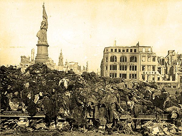 Dzień po bombardowaniu. Stos spalonych ciał ofiar nalotu. (Fot. Hahn, Deutsches Bundesarchiv)