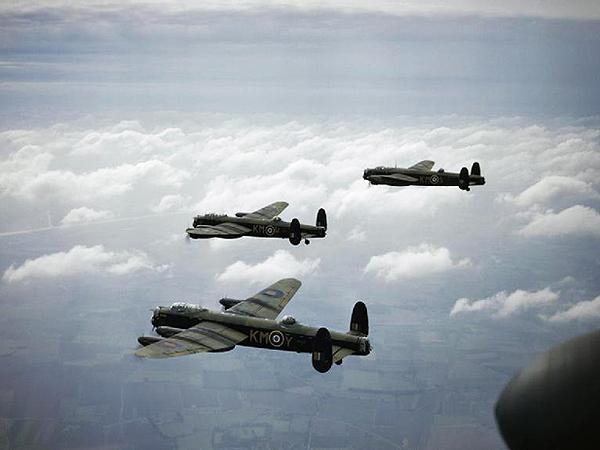 Brytyjskie bombowce Avro Lancaster – podstawowy ciężki bombowiec RAF w czasie II wojny światowej. To te maszyny stanowiły trzon brytyjskich sił wysłanych nad Drezno (Fot. konflikty.wp.pl)