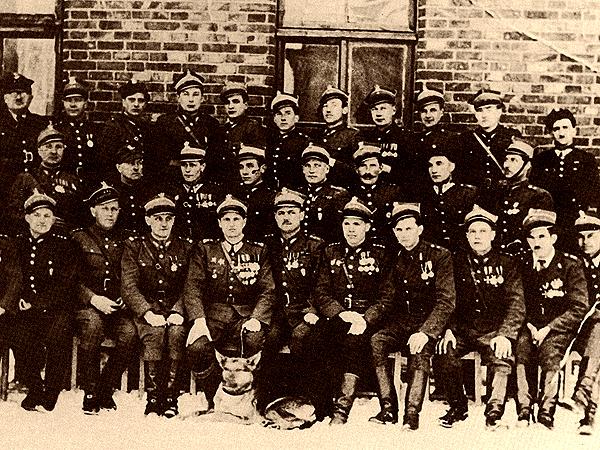 Oficerowie 1 Brygady w styczniu 1945 roku (Fot. commons.wikimedia.org)