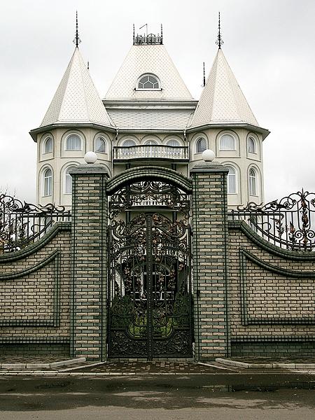 Jeden z trzech pałaców-bliźniaków w Mamajewcach (Fot. Dmytro Antoniuk)