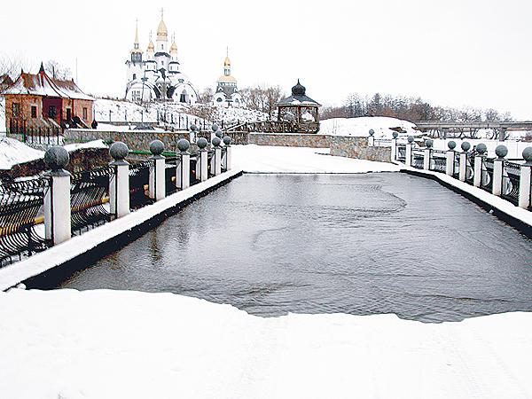 Most, przez który przelewa się woda (Fot. Dmytro Antoniuk)