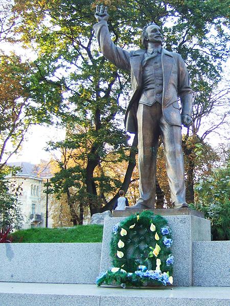 Pomnik Wiaczesława Czornowiła, przy ul. Wynnyczenki (Fot. ukrcenter.com)