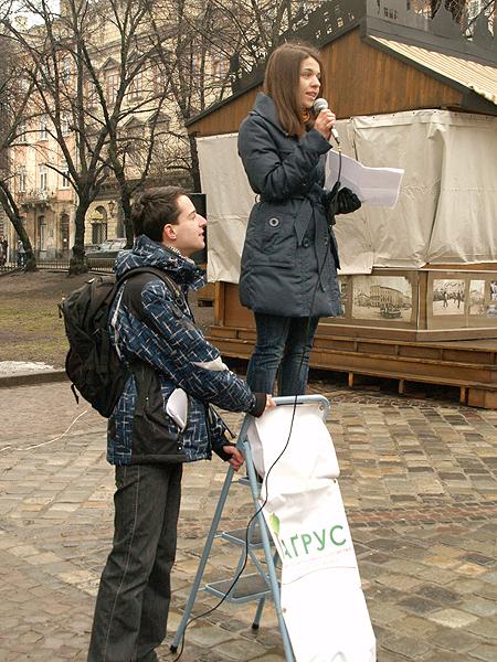 Czytanie poezji na drabinie (Fot. Eugeniusz Sało)