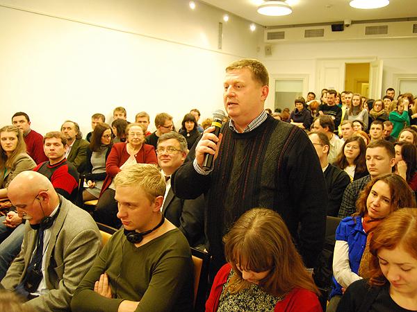 Podczas prezentacji książki. Przy mikrofonie Wasyl Rasewycz (Fot. Konstanty Czawaga)