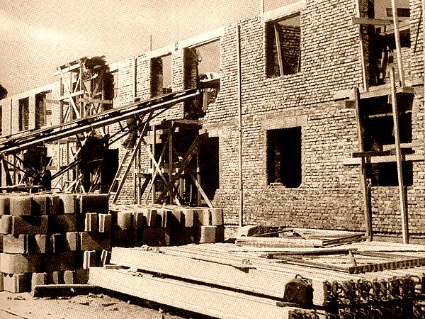 Blok na Muranowie budowany z niemieckich pustaków (Fot. naszastolica.waw.pl)