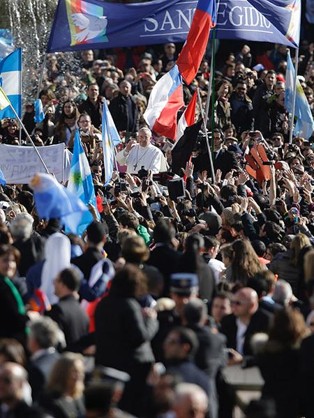 Wierni przybyli z flagami i powitalnymi transparentami (Fot. wiadomosci.wp.pl)