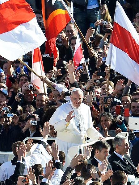 W trakcie przejazdu przez plac Św. Piotra papież Franciszek serdecznie witał się z wielojęzycznym tłumem (Fot. se.pl)