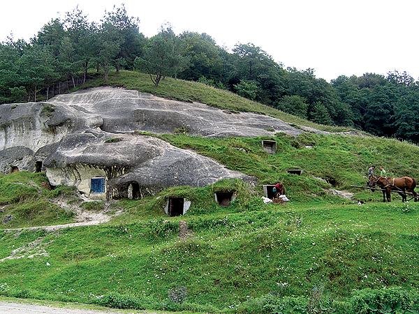 Niektóre jaskinie są zamieszkałe, lecz nie przez bohaterów Tolkiena, lecz przez mieszkańców wioski (Fot. Dmytro Antoniuk)