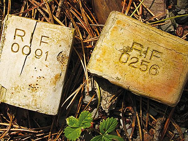 Kod cyfrowy miał oznaczać różnice w składzie chemicznym mydła. Oddanie sztucznego mydła w ręce użytkownika było w zamiarze wytwórni również testem przydatności nowego wyrobu. Po kodzie cyfrowym można było rozpoznać wytwórnię (Fot. Adam Wiluk)