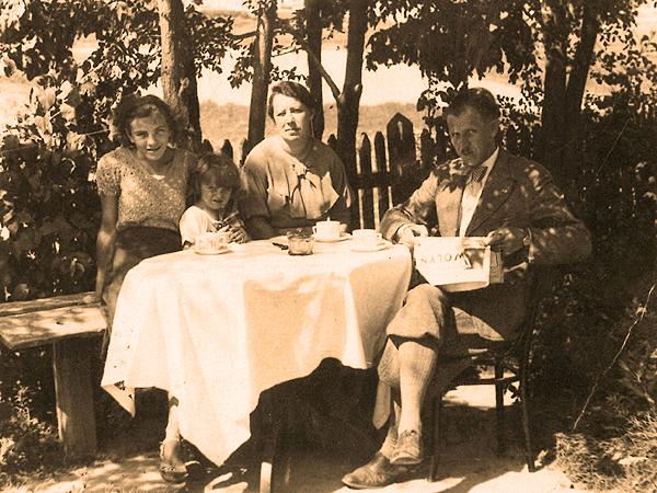 Jan i Olimpia Marcinkowscy z córką Leokadią i synem Tadeuszem w ogródku domu na ulicy Zamkowej (Fot. z rodzinnego archiwum Tadeusza Marcinkowskiego)
