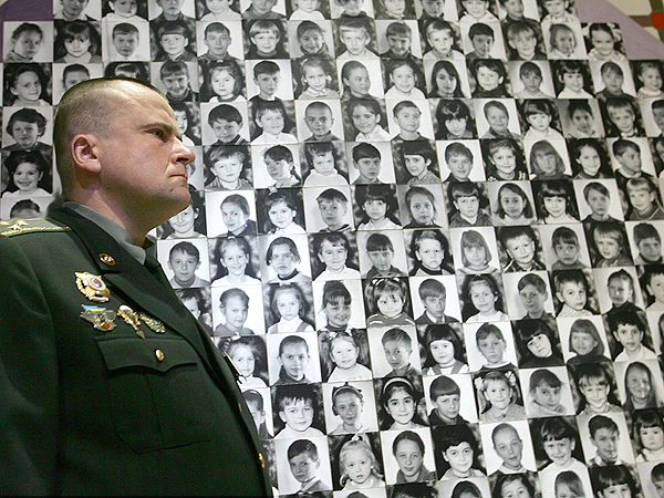 Ukraina, Kijów: Żołnierz zwiedzający muzeum pamięci o ofiarach katastrofy (AFP, Fot. Siergiej Supinskij)