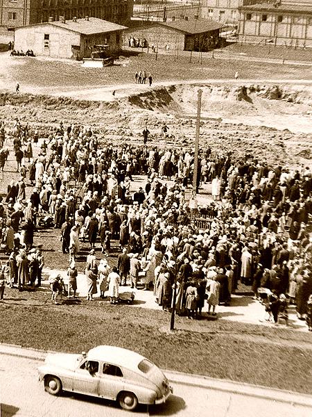 Obrona krzyża na os. Teatralnym, 27 kwietnia 1960 r. (Fot. T. Bartosik/mhk.pl)