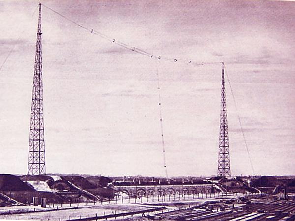 Stacja nadawcza Polskiego Radia, budowana na Forcie Mokotowskim. Rok 1926 (Fot. historiaradia.neostrada.pl)