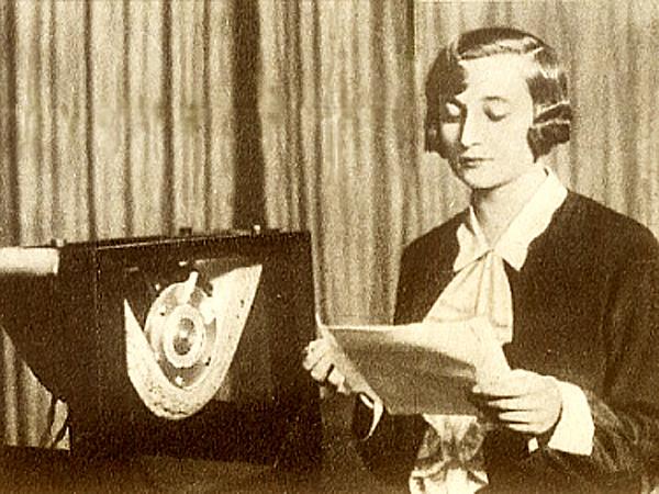 18 kwietnia 1926 roku, godzina 17,00. Spikerka, pani Halina Sztompkówna zapowiada pierwszą audycję Polskiego Radia (Fot. historiaradia.neostrada.pl)