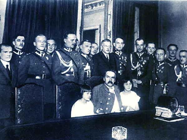 Przed mikrofonem Polskiego Radia Marszałek Józef Piłsudski z córeczkami: Wandzią i Jagódką. Rok 1926 (Fot. historiaradia.neostrada.pl)