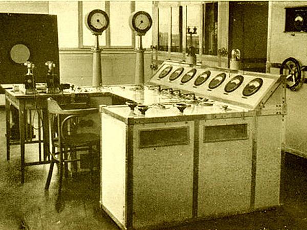 Stół kontrolny kierownika stacji Polskiego Radia w Raszynie w latach 30-tych XX wieku (Fot. historiaradia.neostrada.pl)