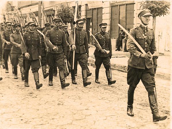 Jan Marcinkowski prowadzi swój oddział ulicą Jagiellońską (Fot. z rodzinnego archiwum Tadeusza Marcinkowskiego)