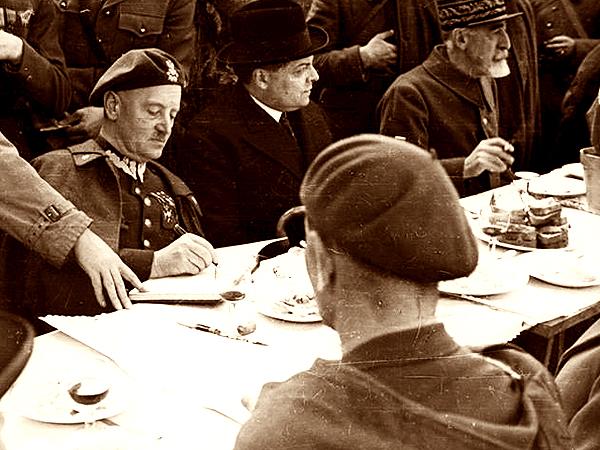Francja. Uroczystość wręczenia sztandaru Samodzielnej Brygadzie Strzelców Podhalańskich. Od lewej: generał Sikorski, ambasador Francji w Polsce Léon Noël i generał Louis Faury, 1940 (Fot. Narodowe Archiwum Cyfrowe)