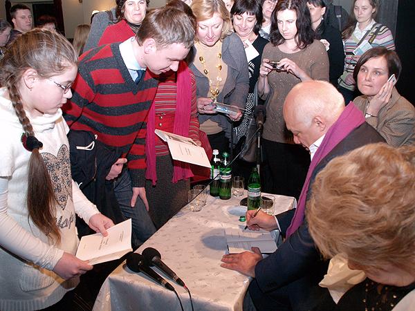 Éric-Emmanuel Schmitt rozdaje autografy (Fot. Eugeniusz Sało)
