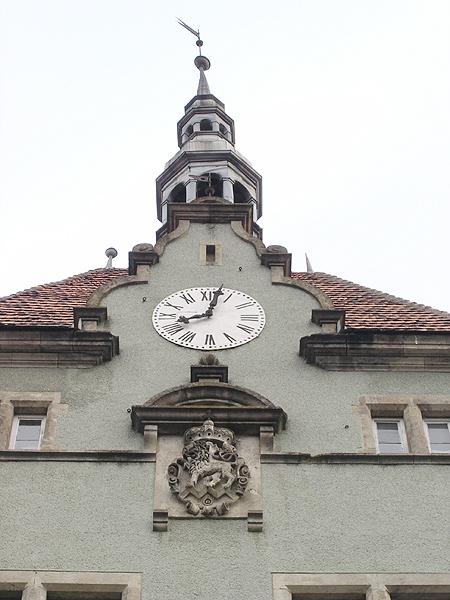 Herb hrabia na wieży zegarowej (Fot. Dmytro Antoniuk)