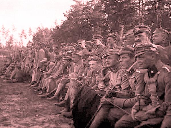 Komendant Piłsudski z grupą oficerów podczas meczu w Optowej (Fot. Krajoznawcze Muzeum w Maniewiczach)