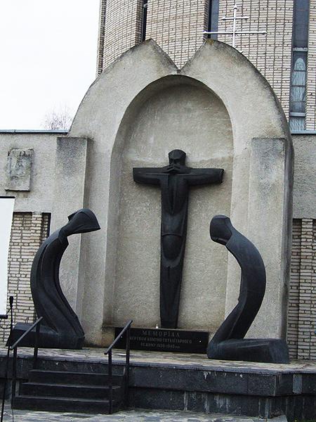 Pomnik ofiar reżymu totalitarnie-komunistycznego 1930-1940 r. na cmentarzu w Winnicy (Fot. de.academic.ru)