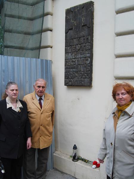 Przy tablicy na budynku dawnego więzienia NKWD przy ul. Łąckiego we Lwowie (Fot. Konstanty Czawaga)