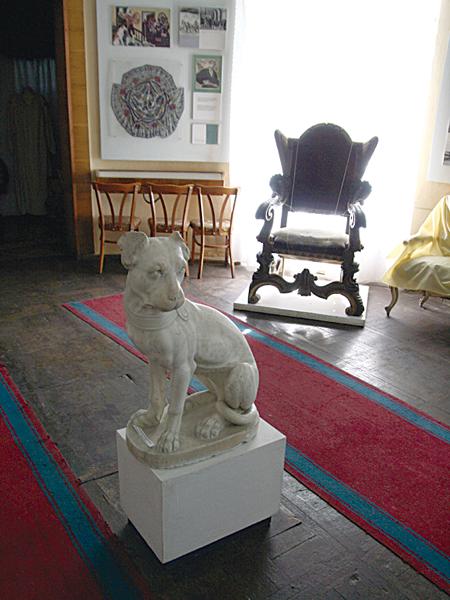 Rzeźba marmurowa ulubionego psa Szczęsnego Potockiego, która dawniej stała w parku dworcowym (Fot. Dmytro Antoniuk)