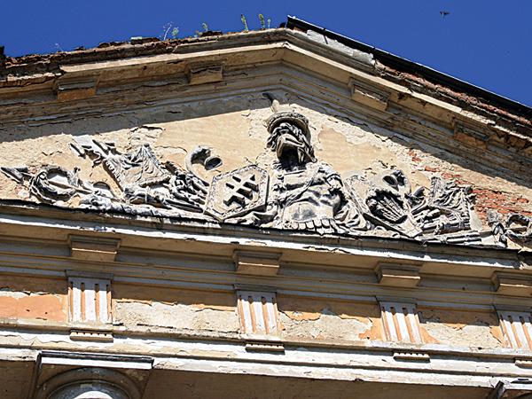 Płaskorzeźby z herbami Potockich i Mniszków zachowały się na frontonie lewego skrzydła pałacu (Fot. Dmytro Antoniuk)