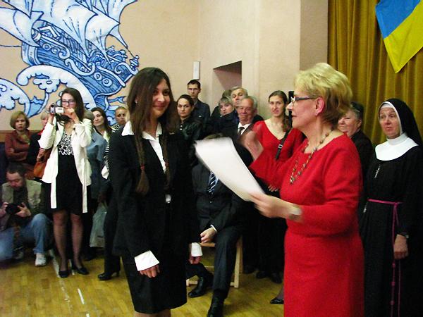 Dyrektor Marta Markunina wręcza dyplomy zwycięzcom olimpiad (Fot. Julia Łokietko)
