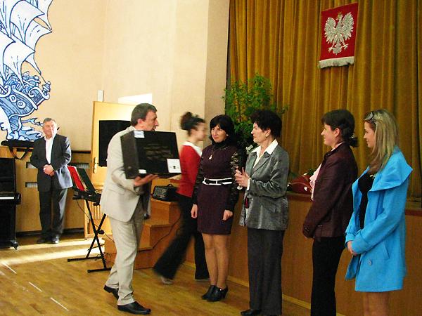 Przekazanie komputera dla polskiej szkoły w Łanowicach (Fot. Julia Łokietko)