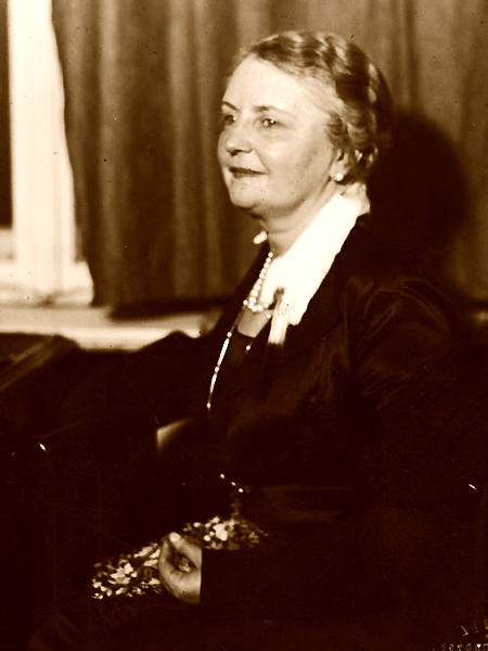 Jadwiga Toeplitz-Mrozowska wygłasza odczyt na temat wyprawy przez Turkiestan i Pamir, 1931 r. (Fot. Narodowe Archiwum Cyfrowe)