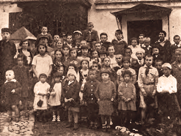 Grupa dzieci karaimskich w Trokach