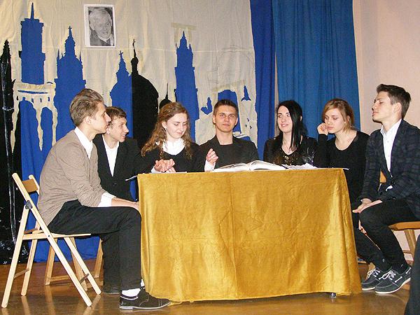 W świat poezji Zbigniewa Herberta wprowadzili uczestników spotkania uczniowie 10 klasy szkoły nr 10 we Lwowie (Fot. Jurij Smirnow)