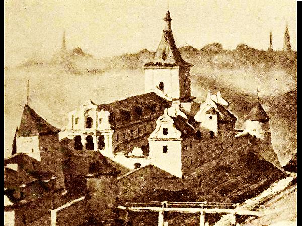 Fragment wałów Bosackich — od lewej: Mur Wysoki z wieżą Mularzy, ludwisarnia między murami, Mur Niski, Arsenał Królewski, w głębi wieża Rymarzy (Fot. lwow.com.pl)
