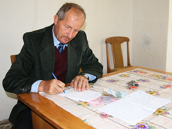 Wołodymyr Mandziak wystawia pokwitowanie (Fot. Dmytro Antoniuk)