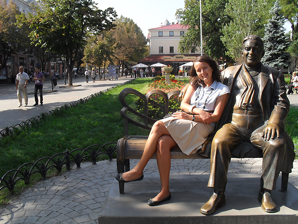 Joanna Samp przy pomniku Utiosowa w Parku Miejskim (Fot. archiwum autorki)