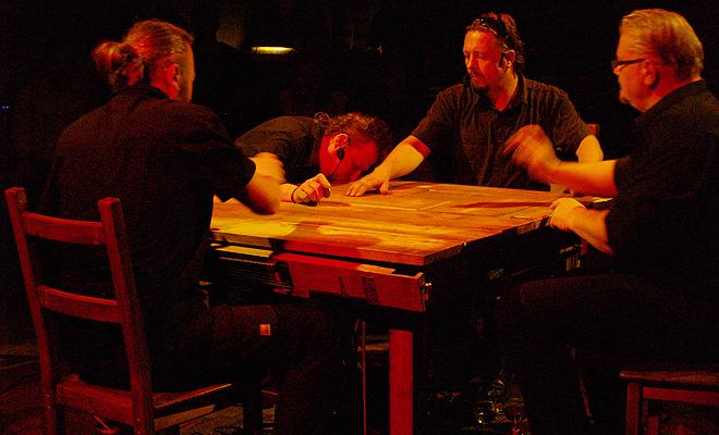 Muzyczny stolik dla czterech panów
