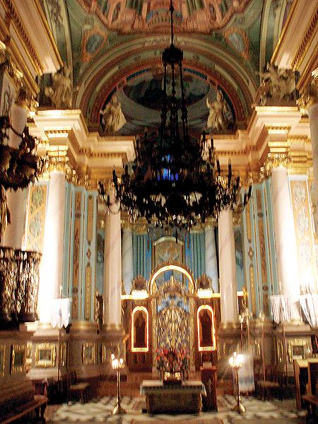 Wnętrze kościoła. Widok na ołtarz główny (Fot. Jurij Smirnow)