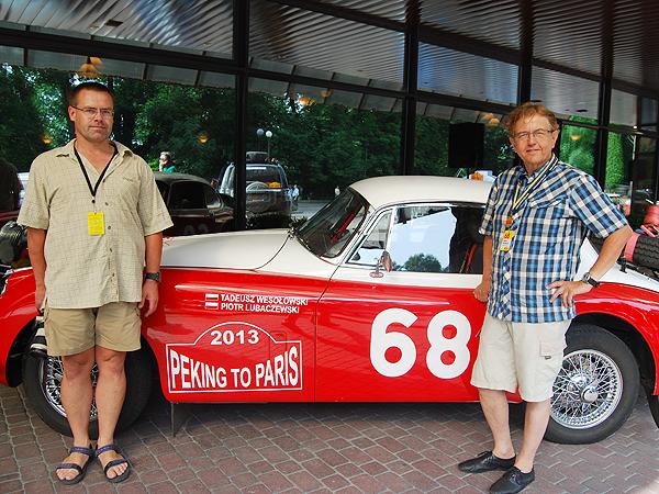 Lubaczewski i Tadeusz Wesołowski przy swym Jaguarze XK150 (Fot. Konstanty Czawaga)