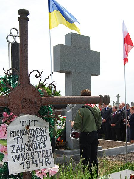 """""""Tu zostali pogrzebani ci, którzy zgineli w kościele"""". Cmentarz w Podkamieniu k. Brodów (Fot. Konstanty Czawaga)"""