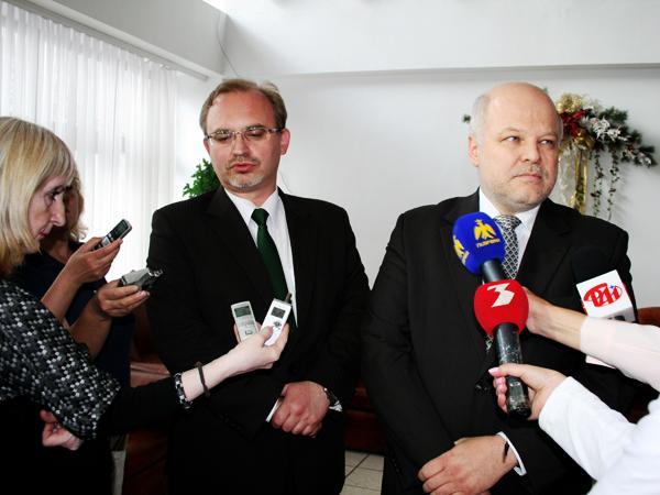 Na pytania dziennikarzy odpowiada wiceminister RP Piotr Stachańczyk (od prawej). Tłumaczy zastępca ambasadora RP na Ukrainie Dariusz Górczyński (Fot. Sabina Różycka)