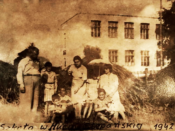 Szkoła w Hucie Stepańskiej, 1942 r. (Fot. wolyn.freehost.pl)