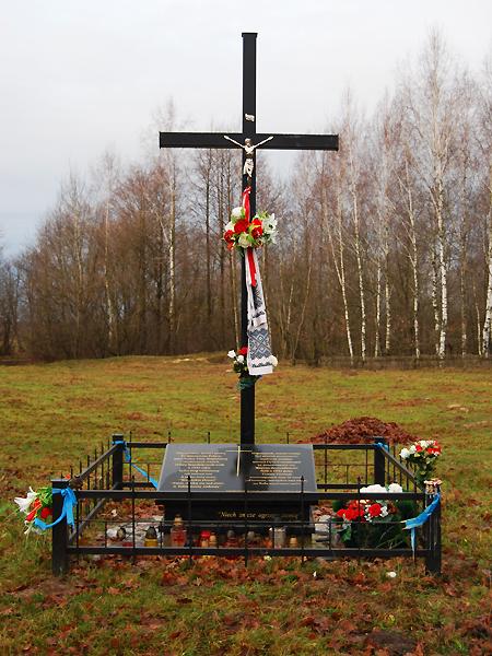 Krzyż i tablica pamiątkowa na miejscu zbiorowej mogiły w Hucie Stepańskiej, 2011 r. (Fot. wikimedia.org)