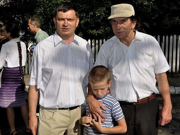 Janusz Horoszkiewicz z synem i ojcem, który przeżył obronę Huty Stepańskiej (Fot. Jacek Borzęcki)