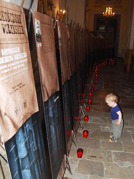 """Podczas wystawy """"Niedokończone Msze wołyńskie"""" w katedrze w Łucku, 2011 r. (Fot. Konstanty Czawaga)"""