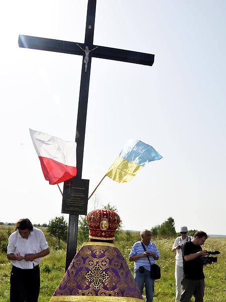 Poświęcenie postawionego przez Janusza Horoszkiewicza krzyża na miejscu d. polskiej wioski Kamionka, 2012 r. (Fot. Jacek Borzęcki)
