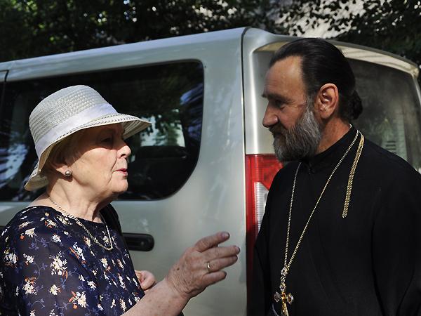 Stanisława Guzowska rozmawia z prawosławnym księdzem ze Stepania, który potępił czystkę etniczną na Wołyniu (Fot. Jacek Borzęcki)